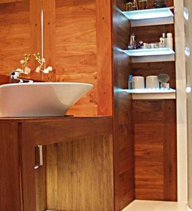 łazienka z podświetlanymi półkami led