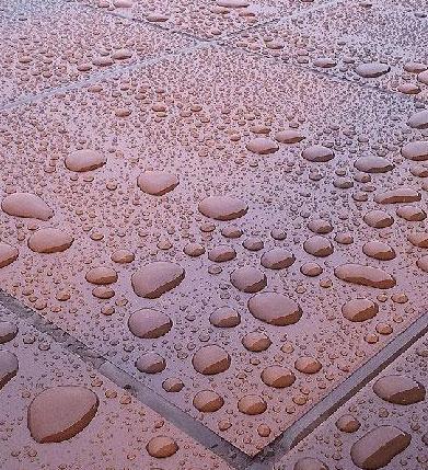 krople wody na płytkach