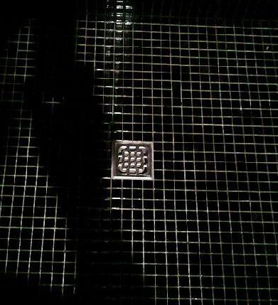 ciemne płytki w łazience